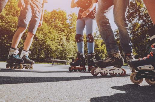 Jeździsz na rowerze, hulajnodze lub rolkach? Zadbaj o odblaski!